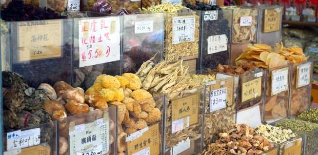 In addition to pharmacies in Singapore, there are also plenty of places to buy Chinese medicinal herbs.